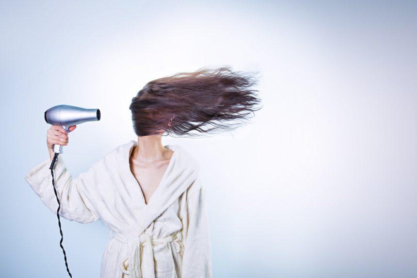 Jak używać suszarki, aby nie niszczyć włosów?
